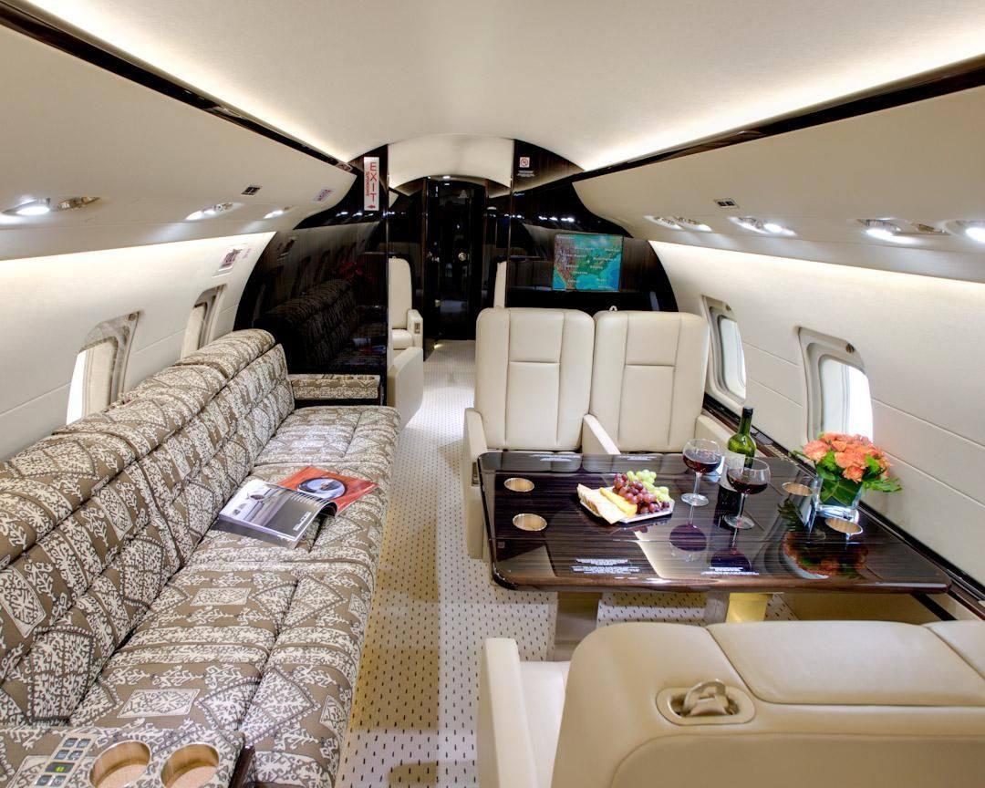 Bombardier 850 предлагает 15-ти местную компоновку. В стандарте идут 12 индивидуальных кресел + 3-х местный диван