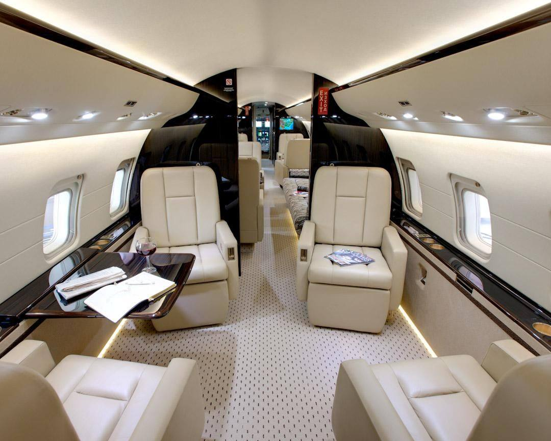 В Bombardier 850: салон, разделенный на 3 зоны с индивидуальным кабинетом, спальней или столовой комнатой, закрывающейся дверью.
