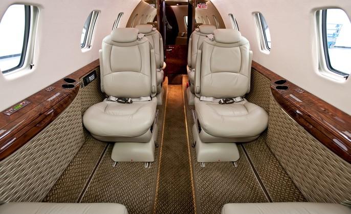 Cessna XLS не особо выделяется пространством для ног, однако кресла в XLS+ можно выдвинуть в проход или повернуть вокруг оси. Это позволяет вытянуть ноги в проход и расположиться более комфортно