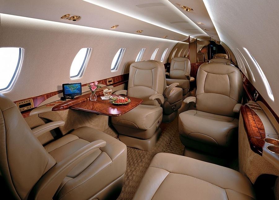 Классическая компоновка салона Cessna Citation Sovereign представляет собой 9 индивидуальных кресел: 2 клуба по 4 кресла плюс одно кресло, обращенное лицом к выход