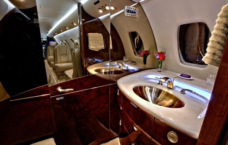 Углубление в полу Cessna Citation Sovereign также дает возможность находиться в туалетной комнате в полный рост, которую в некоторых случаях можно использовать, чтобы сменить наряд