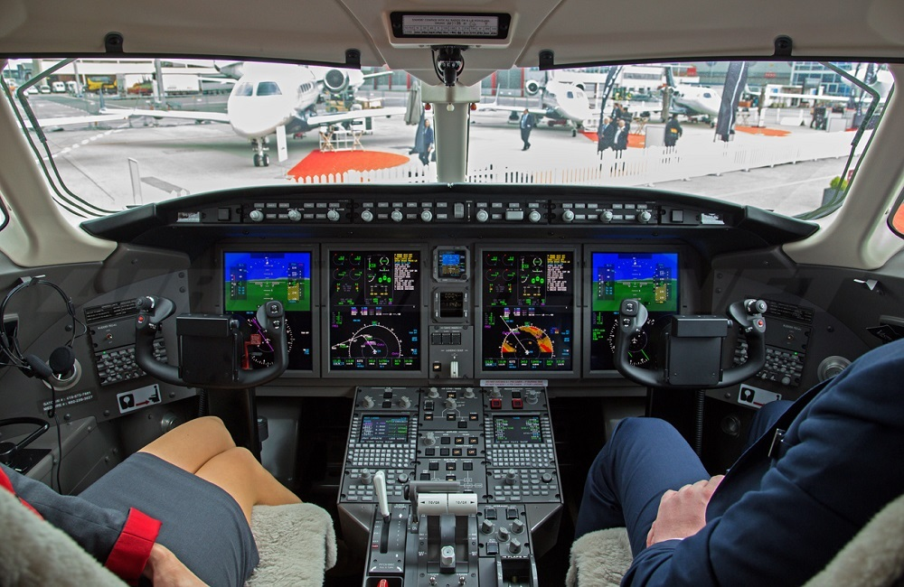 Challenger 350 кабина пилотов - полеты с компанией PrivateJetBooking тел.+74957773809