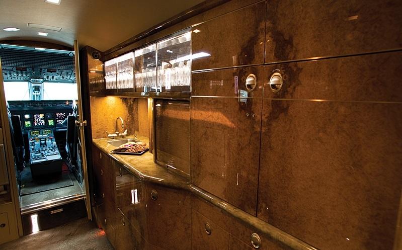 Embraer Legacy 600 оборудован полноценной кухней с микроволновой печью, духовым шкафом и раковиной