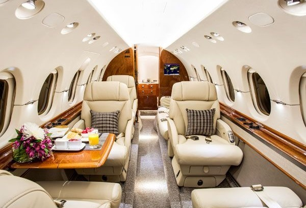 Если запланирован полет на отдых, и будет багаж, то комфортно в Hawker 850XP смогут лететь 3-4 пассажира