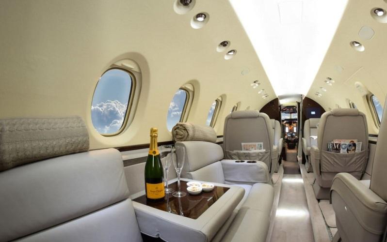 Горячее питание и стюардесса при перелете на Hawker 750 включены