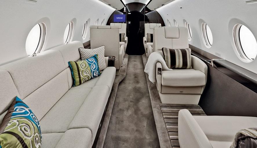 Компоновка Gulfstream G280 рассчитана на путешествия групп до 8-9 пассажиров и представлена 6-ю индивидуальными креслами и 3-х местным диваном