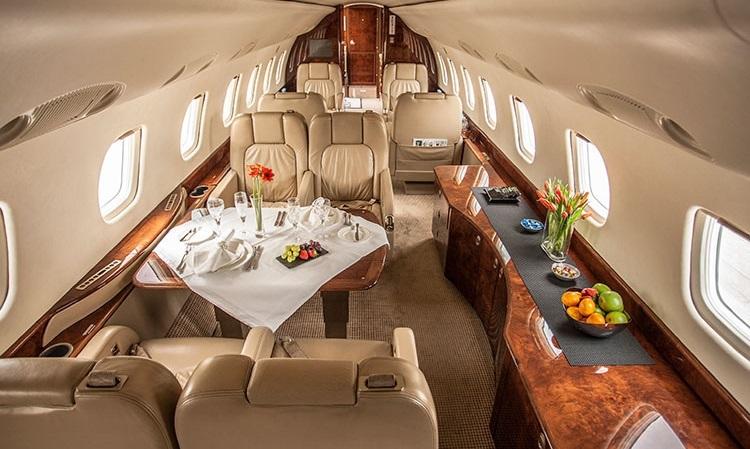 При перевозках групп свыше 10 пассажиров в Embraer Legacy 600 часто добавляется 2-я стюардесса