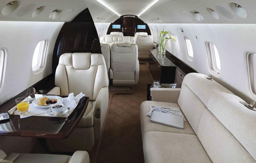 Стандартная компоновка салона Embraer Legacy 600 предусматривает 10 индивидуальных кресел и трехместный диван, всего 13 мест