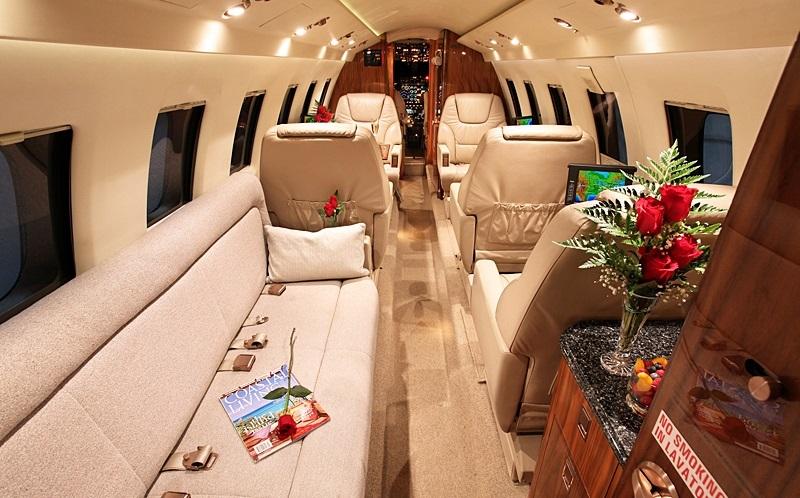 Стандартная компоновка салона Hawker 700 представляет собой 5 индивидуальных кресел + 3-х местный диван