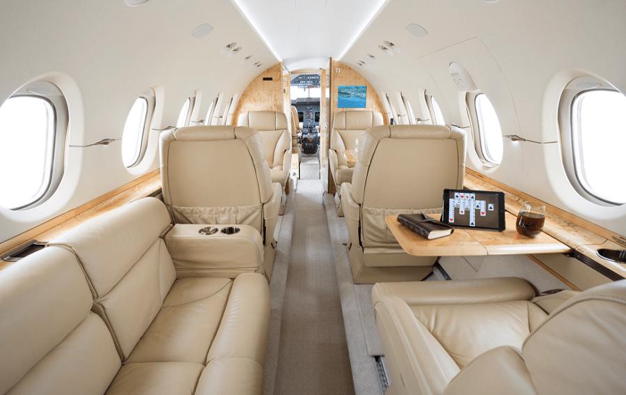 Стандартная компоновка салона Hawker 900XP 5 индивидуальных кресел + 3-х местный диван