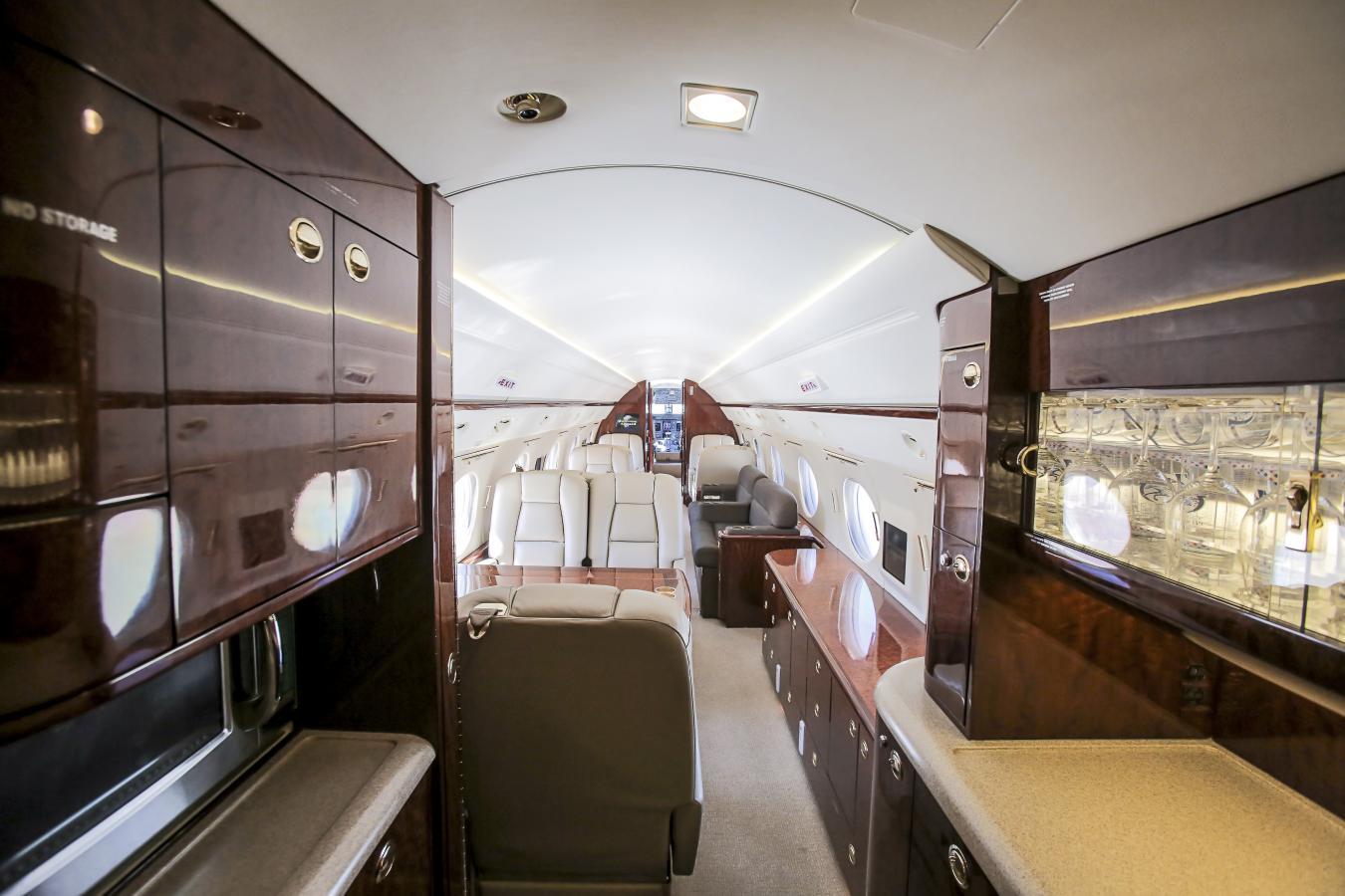 Стандартные удобства в Gulfstream V включают в себя полноразмерную кухню, оборудованную для приготовления горячей и холодной пищи