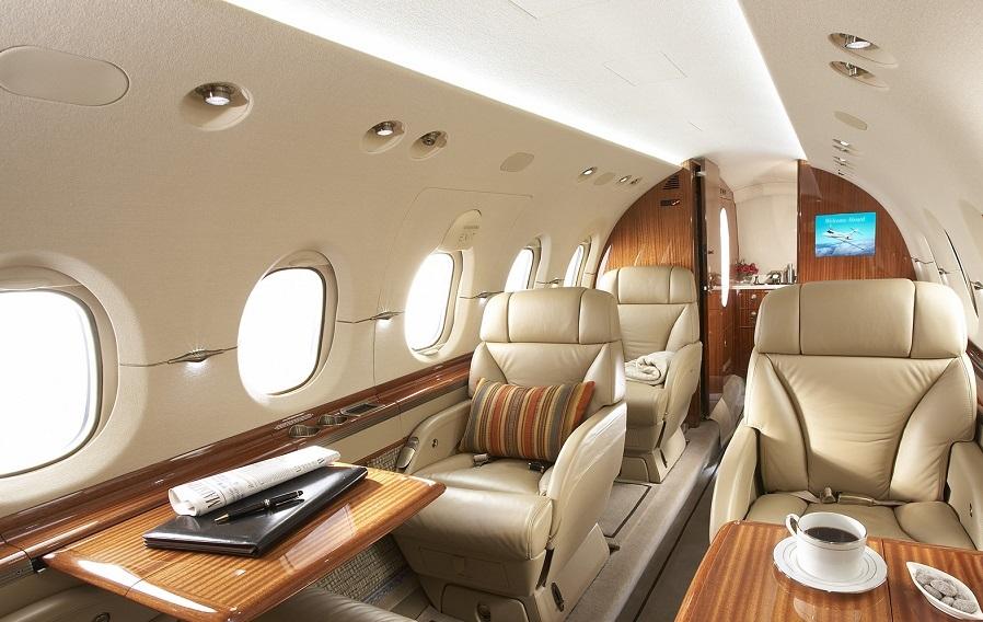 Стюардесса и горячее питание включены в стоимость аренды Hawker 900XP