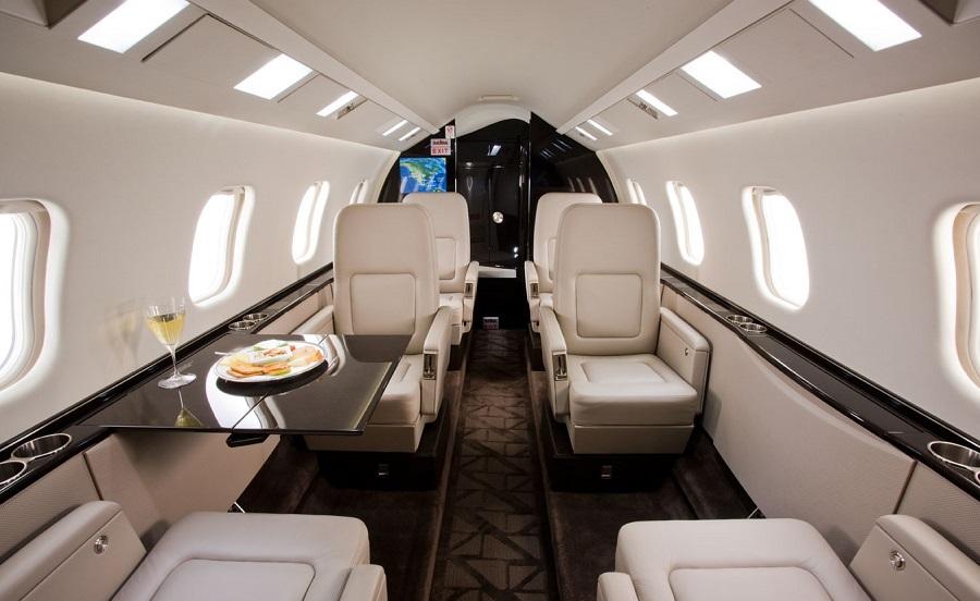 Стюардесса и горячее питание включены в стоимость перелета на LearJet 60 и LearJet 60 XR