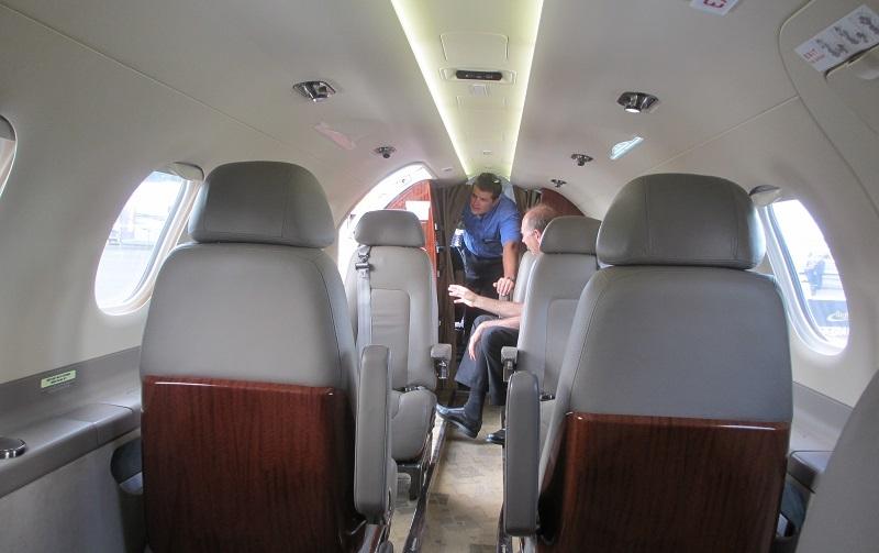 Стюардесса в Embraer Phenom 300 не предусмотрена, да собственно в быстрых деловых перелетах она не нужна. Все вопросы поможет решить второй пилот
