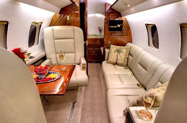 Также у Hawker 700 популярна модификация 4 кресла + двухместный диван + трехместный диван