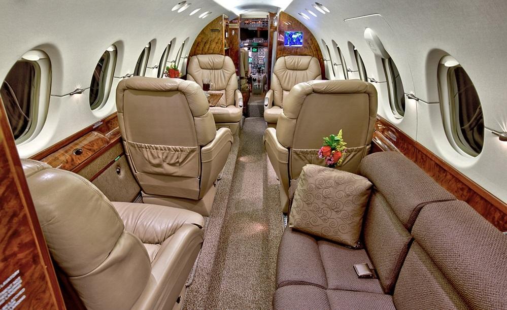 Типовая компоновка Hawker 800xp - 5 кресел и 3-х местный диван