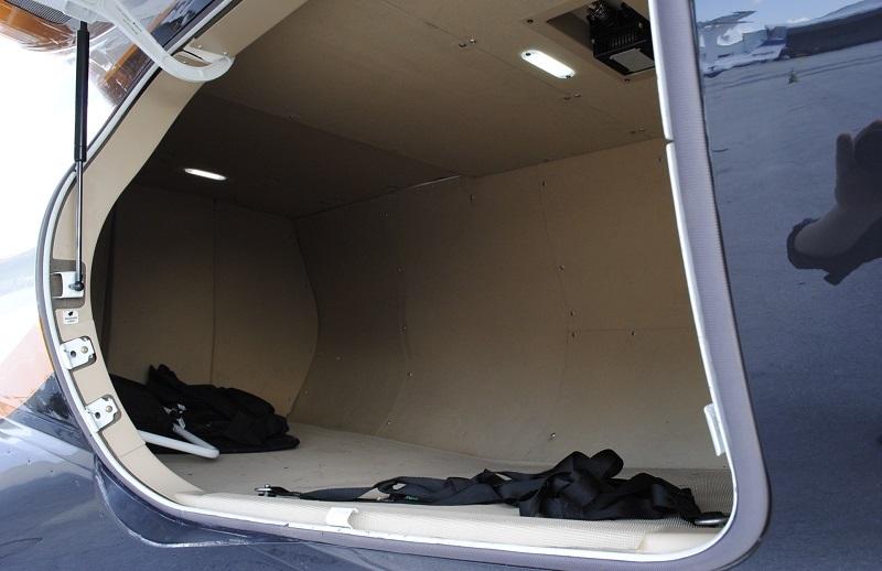 У Phenom 300 большой багажник по сравнению с другими лайт джетами 2,38 кубометра. Для деловых поездок отлично
