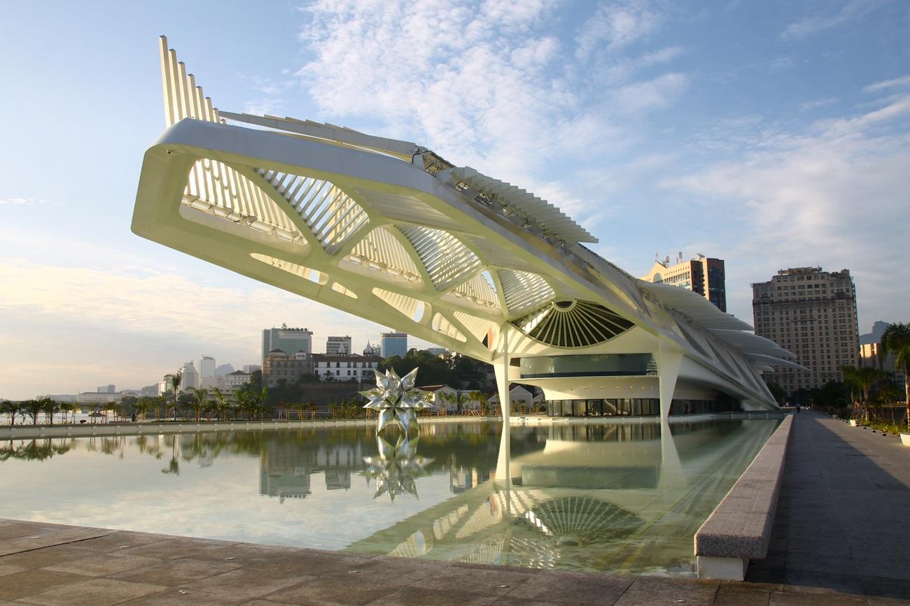 Научный Музей завтрашнего дня (Museu do Amanha), проект которого разработан архитектурной студией Сантьяго Калатравы, расположен на пирсе Мауа, выдающимся в пространство залива Гуанабара.