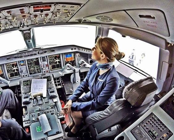 Высота потолка в Сessna XLS+ такая, что не только стюардесса может без труда принести чай или бокалы с напитками