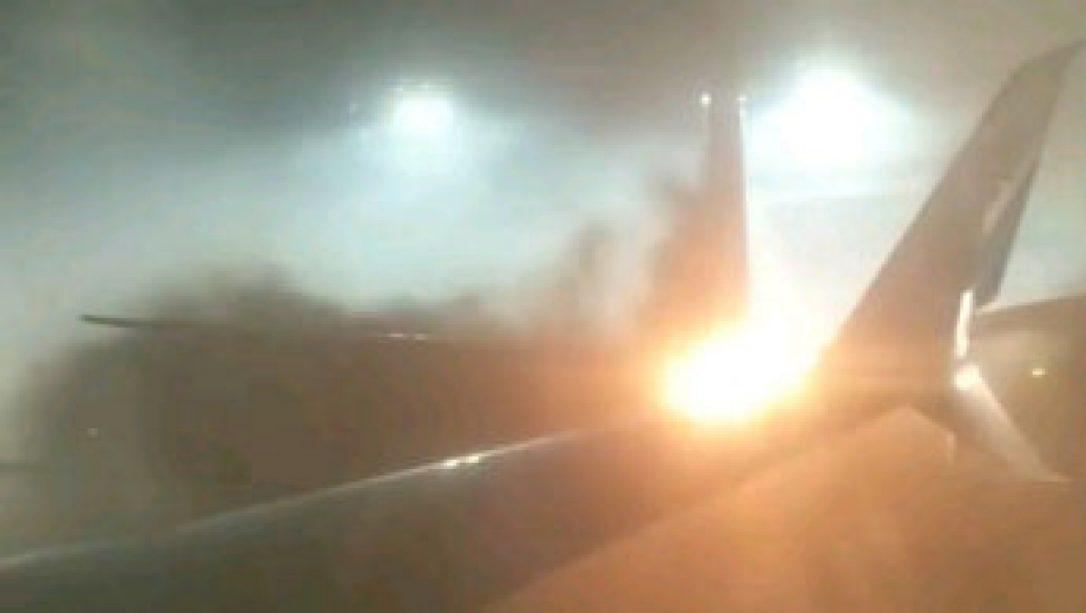 Это снимок экрана из видеоролика сделанного пассажиром и выложенного в Инстаграм, который показывает огонь, разрастающийся на крыле самолета