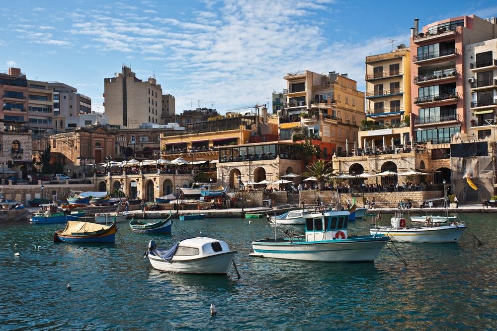 Помимо перечисления пожертвования претендент на мальтийский паспорт обязан приобрести недвижимость на острове на сумму не менее 350 тысяч евро