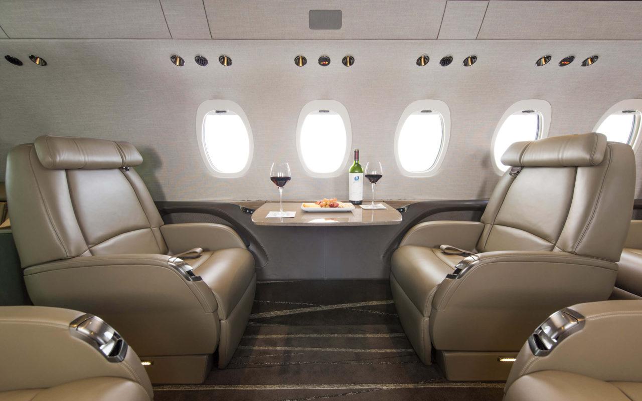 Расстояние между стоящими напротив друг друга креслами Cessna Citetion Latitude впечатляет, так как составляет целых 76 см