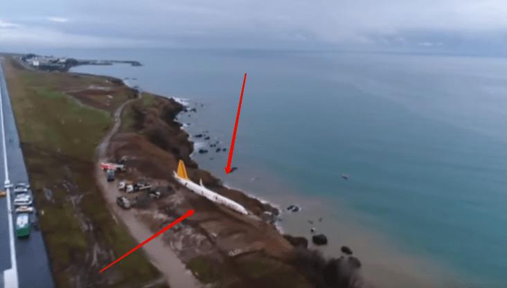 Самолет выкатился за пределы полосы и застрял на обрыве к морю в Трабзоне