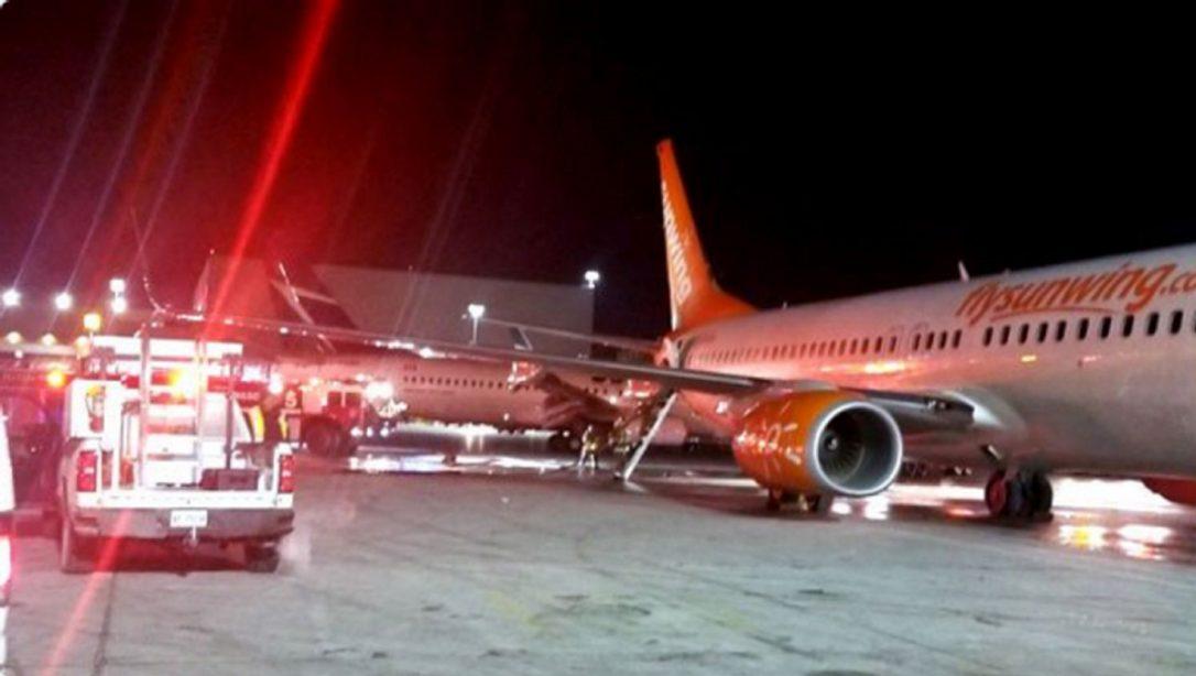 Свидетели быстро отправились в Твиттер, чтобы поделиться фотографиями пожарных вокруг хвостовой части поврежденного самолета.