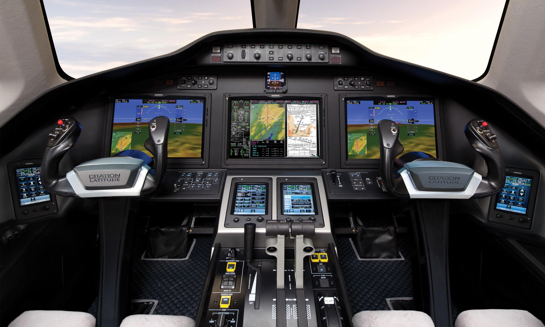 Во время полета дорожную карту полета бизнес джета Cessna Citation Latitude уверенно сопровождает новейшая Garmin G5000 с сенсорным управлением