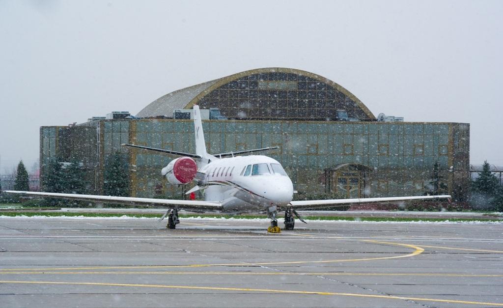 Остафьевский аэропорт заточен под бизнес-авиацию. В этом аэропорту принципиально(!) нет регулярных авиарейсов.