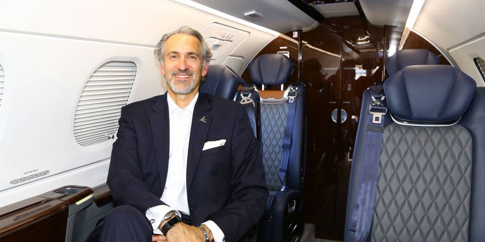 Embraer Phenom 300E представляет абсолютно новый интерьер с кастомизированными креслами, обновленными отделочными стеновыми панелями, новой верхней технологичной панелью