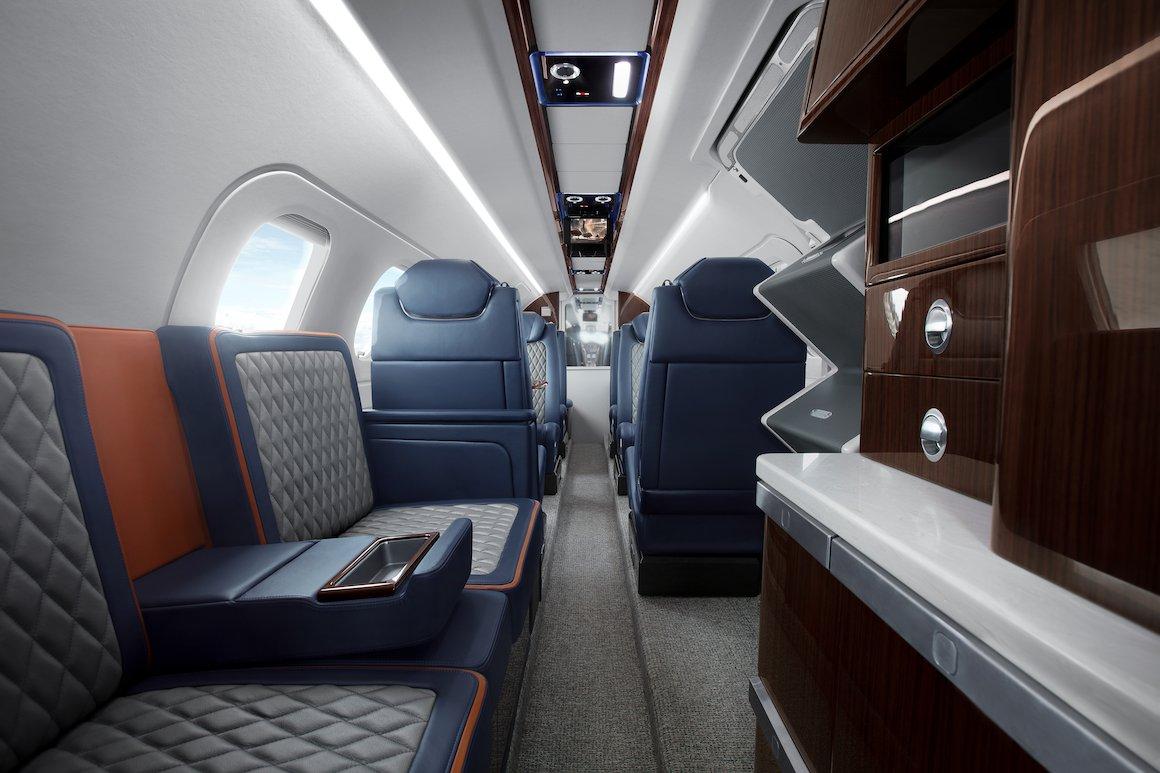 Феном 300Е дополнительно включает улучшенную технологичную панель на потолке, а также прекрасную систему управления кабиной и развлекательными системами высокого разрешения
